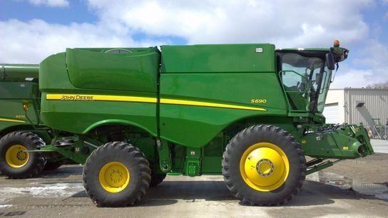 2012 John Deere S690 Combine http://www.prairielandpartners.com/search-used-equipment/Wichita-Kansas-USA-2012-John-Deere-S690-%5B1437115%5D/