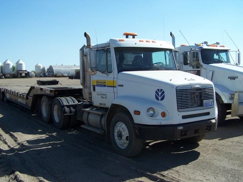 1999 Freightliner FL112 Conventional Tandem Axle Truck  Cabina y chasís a la venta