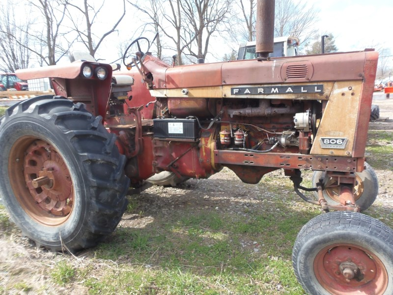 IH 806 Tractor For Sale