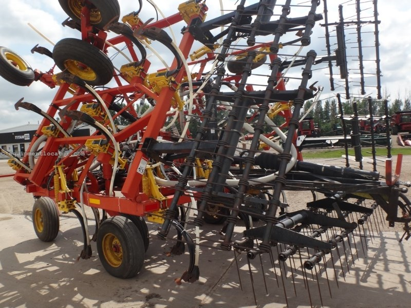 2003 Bourgault 8810, 30', Spike Harrows, Sweeps, Floating Hitch Field Cultivator For Sale